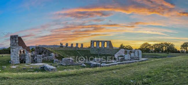 Antico teatro romano al tramonto in estate, Gubbio, Umbria, Italia — Foto stock