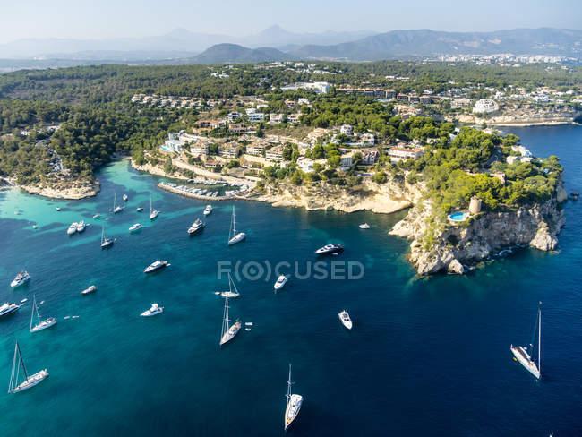 Spanien, Mallorca, Palma de Mallorca, Luftaufnahme von Villen und Yachten in der Nähe von Portals vells — Stockfoto