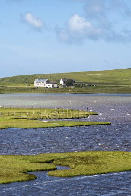 UK, Scotland, Isle of Harris, Leverburgh, residential houses at marshland — Stock Photo