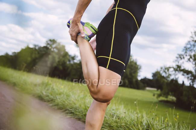 Триатлонистка готовится к бегу — стоковое фото