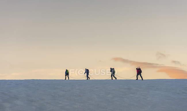 Suisse, Les alpinistes partent tôt le matin de la cabane de Bertol — Photo de stock