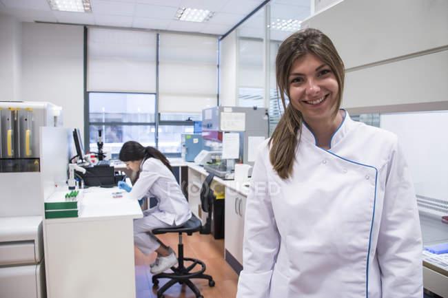 Technicien de laboratoire en laboratoire d'analyse, sourire, portrait — Photo de stock