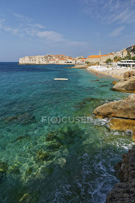 Croatia, Dubrovnik, Old town and beach view — Stock Photo