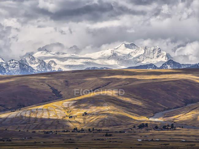 Bolívia, La Paz distrito, Altiplano, raios de luz entre as nuvens nos picos da Cordilheira Cordilheira Real — Fotografia de Stock