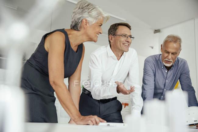 Улыбающиеся деловые люди, встречающиеся в конференц-зале — стоковое фото