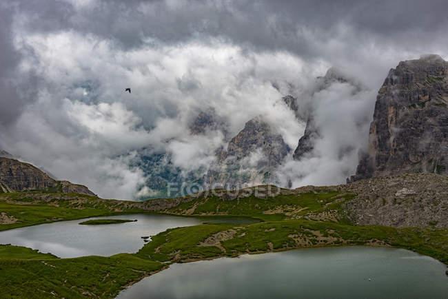 Vue sur les lacs Piani et les montagnes Paternkofel par temps nuageux, Dolomites, Haut Adige, Italie — Photo de stock