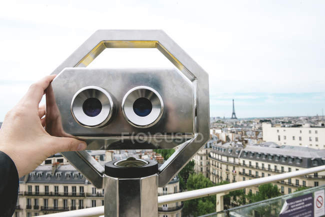 Франция, Париж, бинокль с городом и Эйфелева башня на заднем плане — стоковое фото