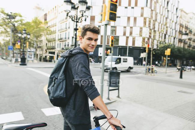 Adolescente con una bici fixie in città sorridente alla fotocamera — Foto stock
