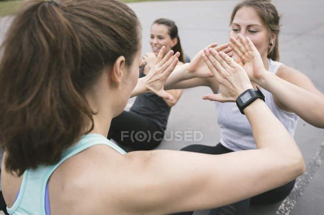 Mujeres que tienen entrenamiento de campo al aire libre - foto de stock