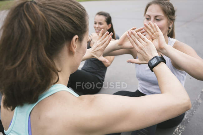 Donne che mangiano all'aperto boot camp workout — Foto stock