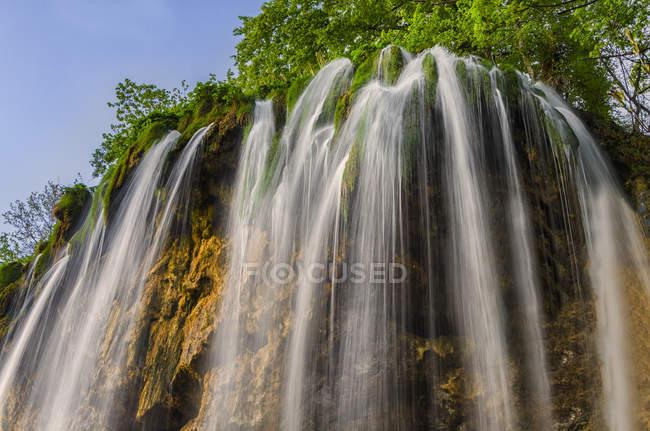 Cascada en el Parque Nacional de Plitvice, Croacia - foto de stock