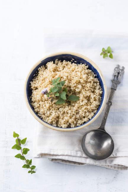 Vista superiore della ciotola di quinoa bollita — Foto stock