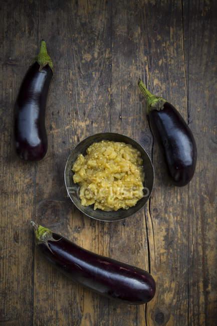 Bol de Baba Ghanoush et aubergines sur bois — Photo de stock
