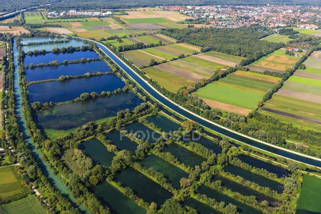 Alemania, Ismaning, Isat lago de almacenamiento y estanques de peces - foto de stock