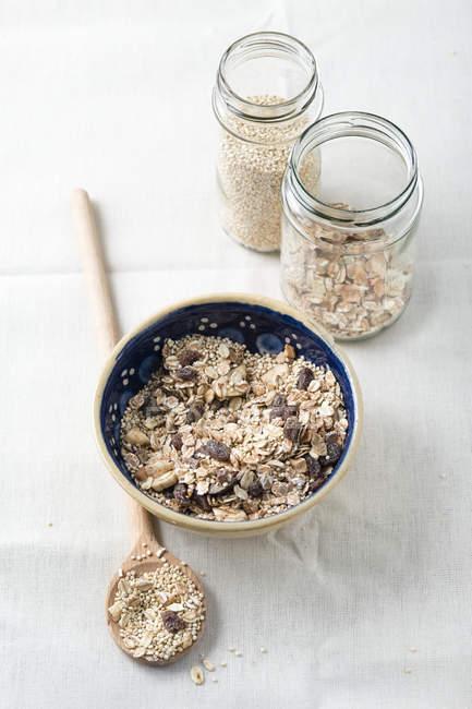 Ciotola di muesli di frutta con quinoa e cucchiaio di legno — Foto stock
