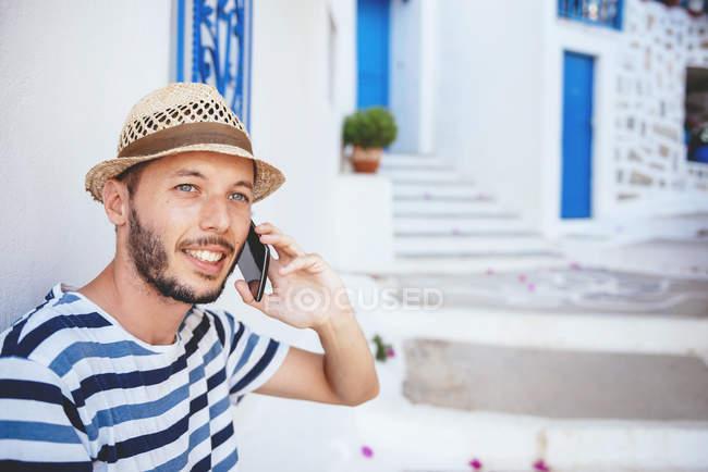 Grecia, isola di Amorgos, giovane che parla al cellulare — Foto stock