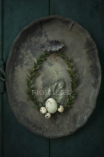 Caixa coroa de árvore com ovo de ganso e ovos de codorna em uma bandeja de metal velho — Fotografia de Stock