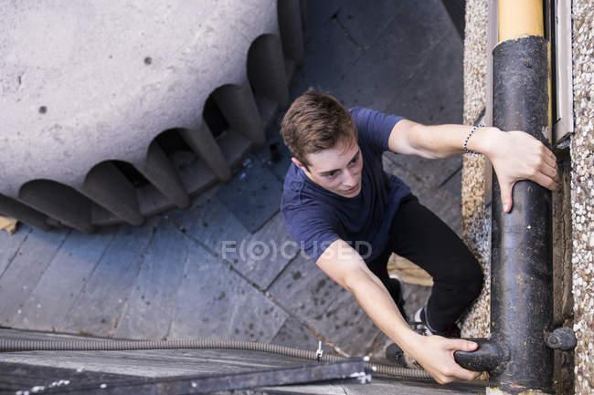 Homem escalada, durante uma sessão de parkour — Fotografia de Stock