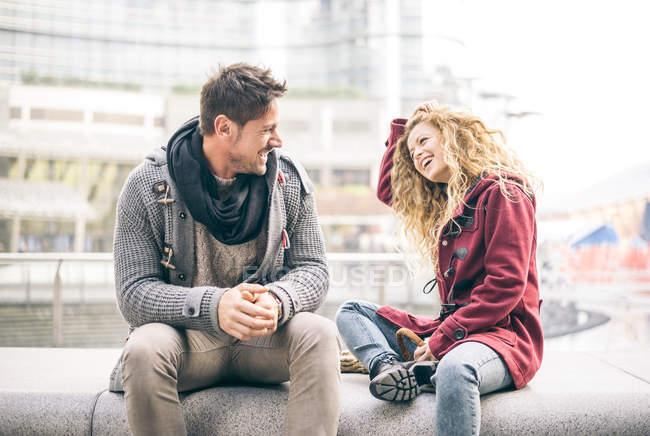 Paar lacht gemeinsam draußen in der Stadt — Stockfoto