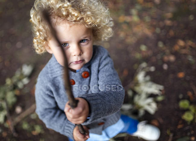 Ritratto di bambino con in mano un bastone — Foto stock