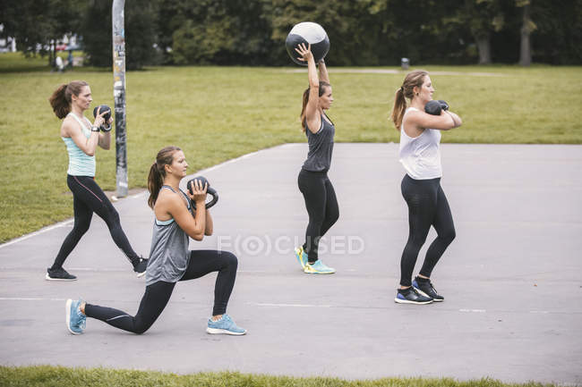 Quattro donne che mangiano all'aperto boot camp workout — Foto stock