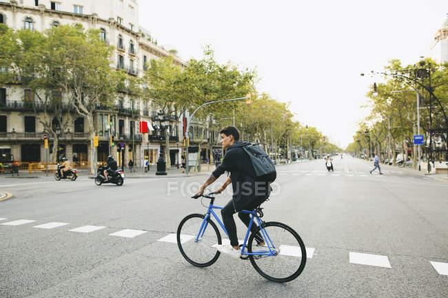 Adolescente equitazione fixie bike in città . — Foto stock