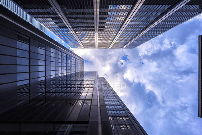Kanada, Ontario, Toronto, Bankenviertel, modernen Bankgebäuden, Wolken, Winkel Ansicht — Stockfoto