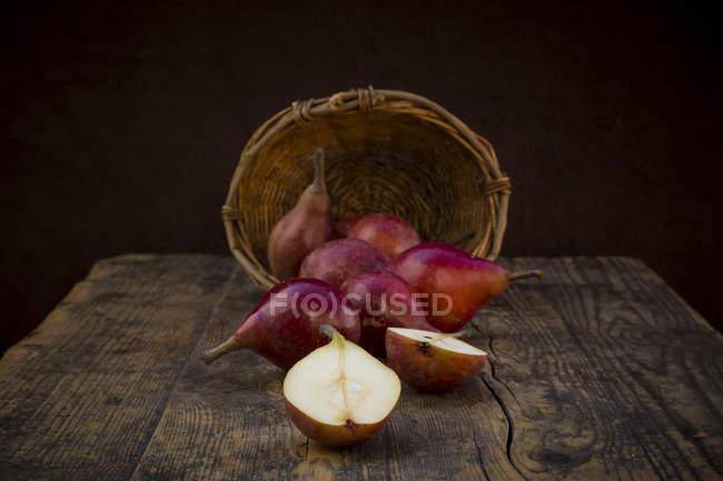 Favorito do inteiro e fatiado orgânico vermelho Clapp em madeira escura — Fotografia de Stock