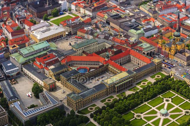 Deutschland, Bayern, München Draufsicht mit Hofgarten und Theatiner Kirche am Odeonsplatz — Stockfoto