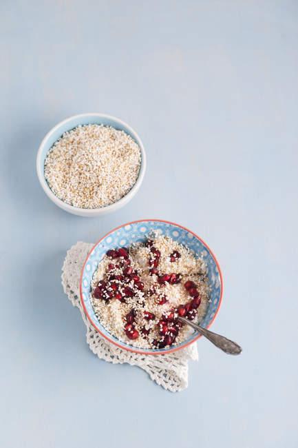 Чаша натурального йогурту з amarant і Гранат насіння — стокове фото