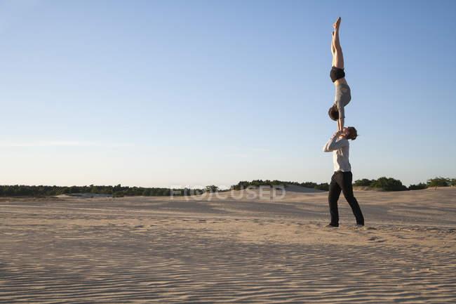 Acrobat пара виконує Рукопашний стояти — стокове фото