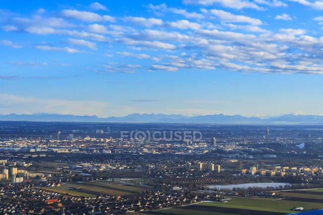 Stadtbild mit Alpen im Hintergrund, München, Bayern, Deutschland — Stockfoto