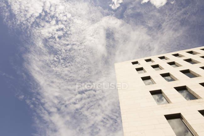 Parte da fachada do Ministério Federal dos Negócios Estrangeiros contra o céu — Fotografia de Stock