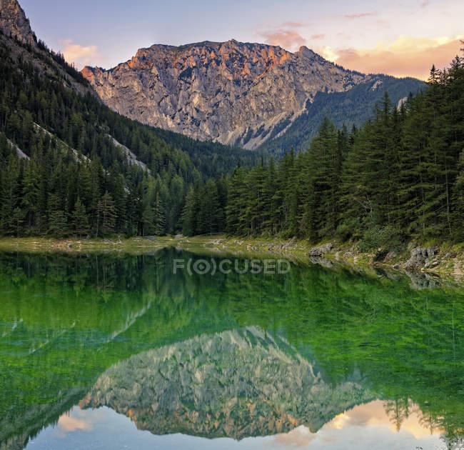 Ansicht des Hochschwab Berg Messnerin, spiegelt sich in grünen See, Tragoess, Steiermark, Österreich — Stockfoto
