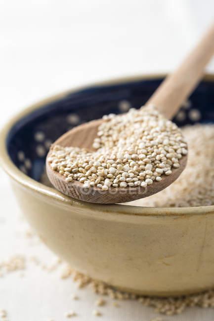 Ciotola di quinoa con cucchiaio di legno — Foto stock