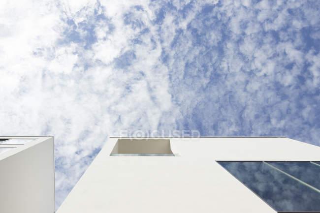 Нижний вид фасада коллегии Hungaricum в дневное время, Берлин, Германия — стоковое фото