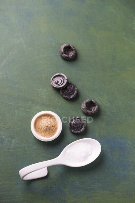 Конфеты лакричные и солодки корня порошок с ложкой — стоковое фото