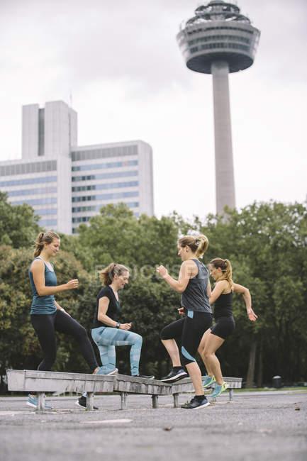 Cuatro mujeres ejercicio durante el ejercicio al aire libre - foto de stock