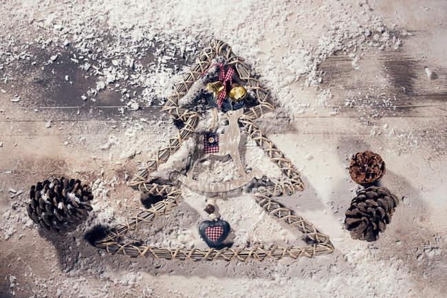 Новорічне прикраса на білій поверхні — стокове фото