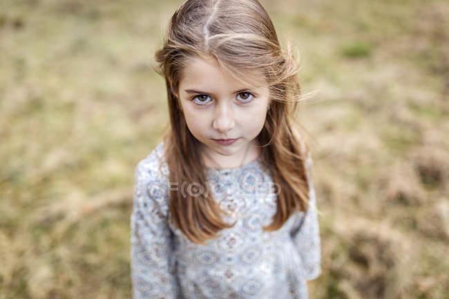 Retrato de menina triste ao ar livre — Fotografia de Stock