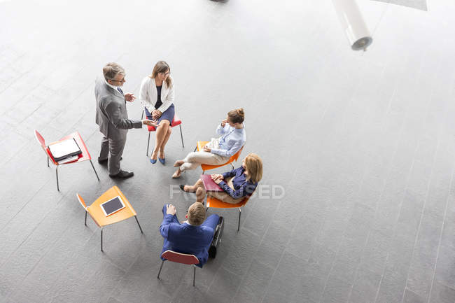 Visão aérea do empresário levando uma apresentação — Fotografia de Stock