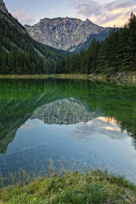 Hochschwab Berge spiegeln sich im See, Tragoess, Steiermark, Österreich — Stockfoto