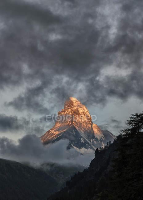 Schweiz, Matterhorn unter Wolken — Stockfoto