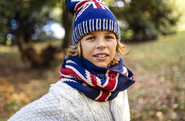 Портрет блондина в модной вязаной одежде осенью — стоковое фото