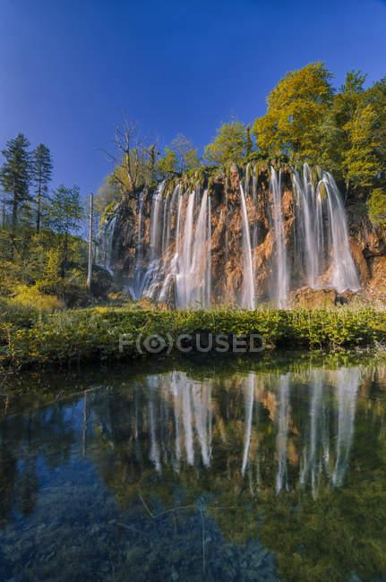 Croacia, Parque Nacional de Plitvice, cascada y lago - foto de stock