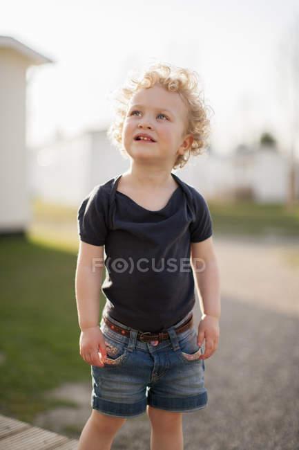 Menina loira olhando para cima — Fotografia de Stock
