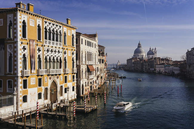 Италия, канал в Венеции в дневное время — стоковое фото