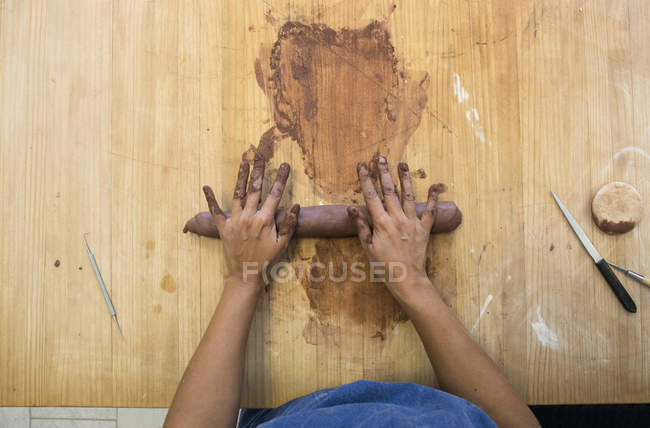 Mani femminili della donna che lavora con l'argilla in un laboratorio di ceramica — Foto stock
