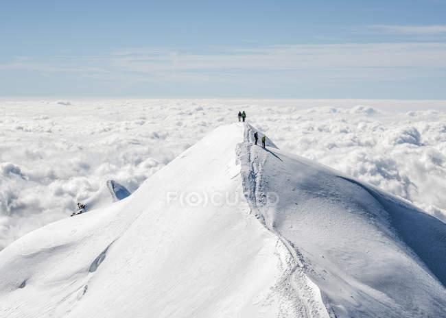 Italien, Gressoney, Castor, Bergsteiger auf Verschneite Berggipfel stehen — Stockfoto