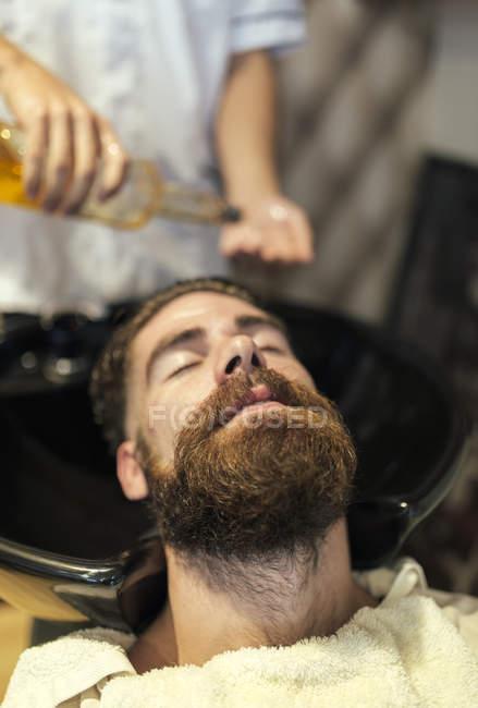 Волос Стиральная парикмахерская бородатый клиента — стоковое фото